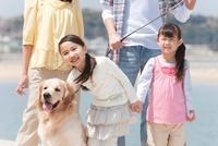 笑顔の女の子2人と犬