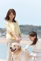 海岸を散歩する母と娘
