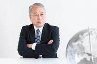 地球儀を見る中高年ビジネスマン