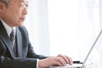 パソコンを操作する中高年ビジネスマン
