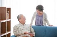 タブレットPCを操作する中高年夫婦