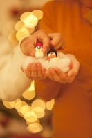 雪だるまの人形を手にとる男性