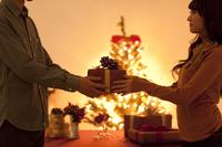 男性からプレゼントをもらう女性