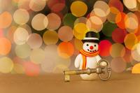 鍵を持っている雪だるまの人形