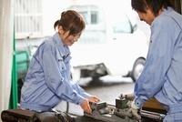 工場で働く若者2人