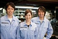 作業着姿の男女3人