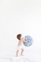 地球儀を持つ赤ちゃん