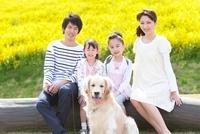 笑顔の4人家族と犬