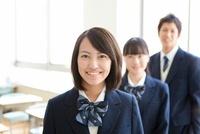 笑顔の学生3人