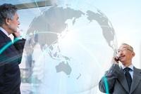 国際電話するビジネスマンイメージ