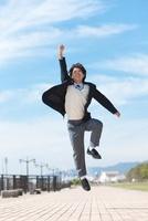 ジャンプする男子中高生