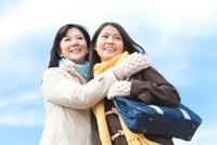 冬服を着て抱き合う女子中高生と母親 07800025903| 写真素材・ストックフォト・画像・イラスト素材|アマナイメージズ