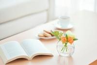 テーブル上の本と花とティーセット