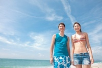 海辺に立っている水着姿のカップル