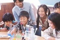 実験している小学生6人 07800026399| 写真素材・ストックフォト・画像・イラスト素材|アマナイメージズ