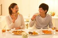 食事する笑顔のカップル