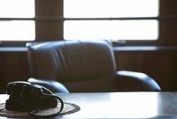 机の上の黒電話 07800027466| 写真素材・ストックフォト・画像・イラスト素材|アマナイメージズ
