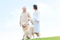 犬と散歩している中高年夫婦