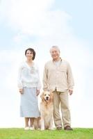 笑顔の中高年夫婦と犬