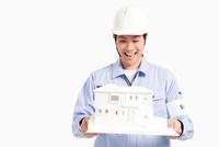 建築模型を持つ作業員