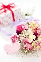 花束とカードとプレゼント