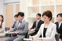 ビジネス研修を受ける男女6人