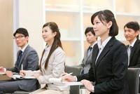 ビジネス研修を受ける男女5人