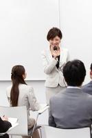 ビジネス研修をする女性講師と生徒