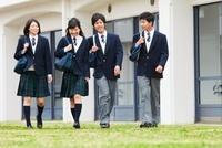 話ながら歩く男女中高生4人
