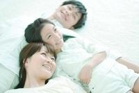 寝転ぶ家族3人