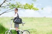 自転車を押す女子高生