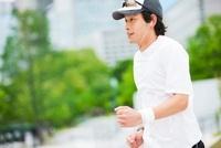 ジョギングをする若い男性