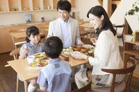 食事をする家族4人
