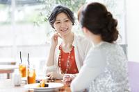 カフェで会話をする女性