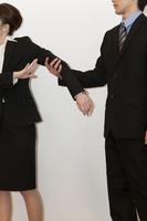 喧嘩をするビジネスマンとビジネスウーマン