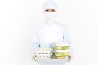 サラダを持っている食品衛生服の女性
