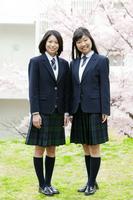 桜と女子学生2人