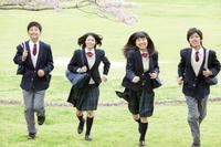 走る男女学生4人