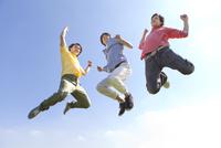 ジャンプしている若者3人
