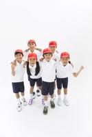 肩を組む体操服姿の小学生