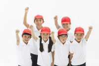 応援する体操服姿の小学生