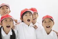 叫ぶ体操服姿の小学生