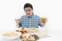 複数の料理と肥満男性 07800032735| 写真素材・ストックフォト・画像・イラスト素材|アマナイメージズ