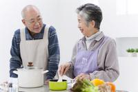 調理をする中高年夫婦