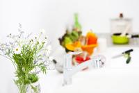 花を飾っているキッチン