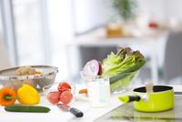 野菜が並ぶキッチン 07800033180| 写真素材・ストックフォト・画像・イラスト素材|アマナイメージズ