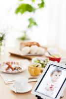 タブレットPCのある朝食イメージ
