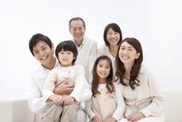 笑顔の3世代家族6人