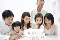 建築模型を見ている3世代家族6人