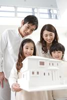 建築模型を見ている家族4人